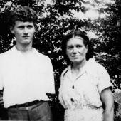 2. J. Maksymiuk z matką Bronisławą (1955)